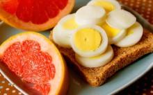 Бутерброд из яиц и грейпфрукт