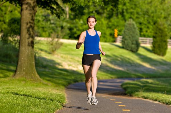 Девушка бежит